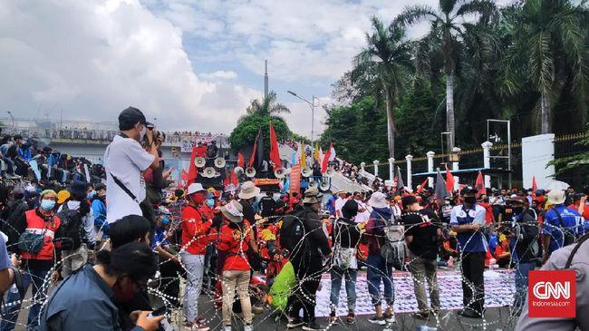 Demonstrasi menolak Rancangan Undang-Undang Haluan Ideologi Pancasila (RUU HIP) di depan Gedung MPR/DPR, Kamis (16/7). CNN Indonesia/Yogi Anugrah