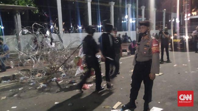 Demonstrasi yang dilakukan massa menuntut agar DPR menghentikan pembahasan RUU Ciptaker gedung DPR/MPR RI, Jakarta Pusat sempat berujung lempar-lemparan botol dan petasan pada Kamis (16/7) malam. Usai kejadian tersebut, dua orang pemuda terlihat diamankan pihak kepolisian.