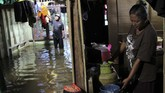 Warga memasak di rumahnya yang terendam banjir di Desa Lalonggotomi, Konawe, Sulawesi Tenggara, Rabu (15/7/2020). Luapan Sungai Konaweha mengakibatkan 1.669 jiwa mengungsi sementara 1.235 rumah terendam banjir yang tersebar di 11 Kecamatan di Kabupaten Konawe.  ANTARA FOTO/Jojon/foc.