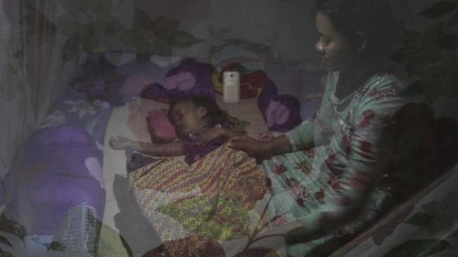 Warga korban banjir bersama anaknya mengungsi di Desa Laloika, Konawe, Sulawesi Tenggara, Rabu (15/7/2020). Sebanyak 1.207 warga terpaksa mengungsi akibat banjir yang melanda Kecamatan Pondidaha sejak sepekan terakhir. ANTARA FOTO/Jojon./foc.