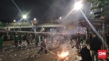 Sebelum Bubar, Massa Demo DPR Lempari Botol ke Arah Polisi