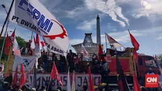 Massa Aksi Anti Omnibus Law Belakangi Kantor Gubernur Jatim