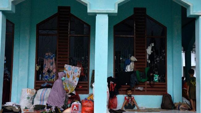 Warga korban banjir bandang mengungsi di masjid kawasan kantor Bupati Luwu Utara, Sulawesi Selatan, Kamis (16/7/2020). Sebanyak 15.994 jiwa  mengungsi di sejumlah posko pengungsian karena rumah mereka rusak dan hilang akibat tertimbun lumpur setelah diterjang banjir bandang. ANTARA FOTO/Abriawan Abhe/nz