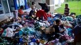 Anak-anak korban banjir bandang memilih pakaian layak pakai saat mengungsi di kawasan kantor Bupati Luwu Utara, Sulawesi Selatan, Kamis (16/7/2020).  Sebanyak 15.994 jiwa  mengungsi di sejumlah posko pengungsian karena rumah mereka rusak dan hilang akibat tertimbun lumpur setelah diterjang banjir bandang. ANTARA FOTO/Abriawan Abhe/nz