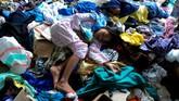 Anak-anak korban banjir bandang berada di tumpukan  pakaian layak pakai saat mengungsi di kawasan kantor Bupati Luwu Utara, Sulawesi Selatan, Kamis (16/7/2020).  Sebanyak 15.994 jiwa  mengungsi di sejumlah posko pengungsian karena rumah mereka rusak dan hilang akibat tertimbun lumpur setelah diterjang banjir bandang. ANTARA FOTO/Abriawan Abhe/nz