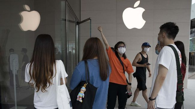 Apple mengumumkan kembali membuka toko di Amerika Serikat (AS) untuk kali pertama sejak pandemi Covid-19 melanda awal 2020.