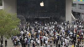 FOTO: Kala Warga China Berebut Antre di Toko Baru Apple