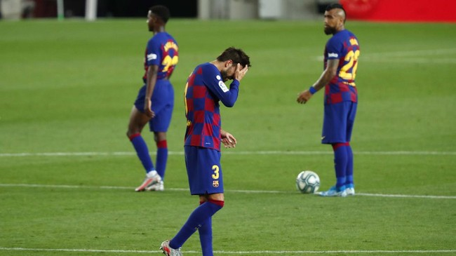 Barcelona's Gerard Pique, center, reacts after the end of a Spanish La Liga soccer match between Barcelona and Osasuna at the Camp Nou stadium in Barcelona, Spain, Thursday, July 16, 2020. (AP Photo/Joan Monfort)