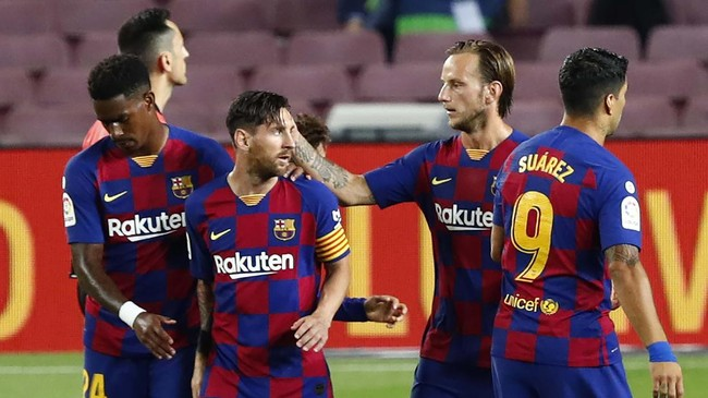 Barcelona's Lionel Messi, second left, celebrates with his teammates his goal against Osasuna during a Spanish La Liga soccer match between Barcelona and Osasuna at the Camp Nou stadium in Barcelona, Spain, Thursday, July 16, 2020. (AP Photo/Joan Monfort)