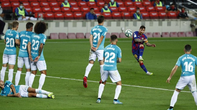 Barcelona's Lionel Messi shoots a free kick during a Spanish La Liga soccer match between Barcelona and Osasuna at the Camp Nou stadium in Barcelona, Spain, Thursday, July 16, 2020. (AP Photo/Joan Monfort)