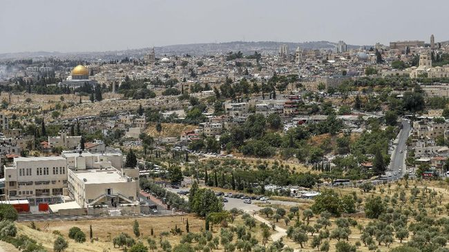 A picture taken on June 3, 2020, shows a view of the Palestinian neighbourhood of Wadi al-Joz (R) in east Jerusalem, and the Dome of the Rock Mosque (L) in Jerusalem's old city. - Palestinian business owners in occupied east Jerusalem are worried they will be forced to shut up shop by Israeli authorities over plans to build a vast high tech hub in their neighbourhood. (Photo by AHMAD GHARABLI / AFP)