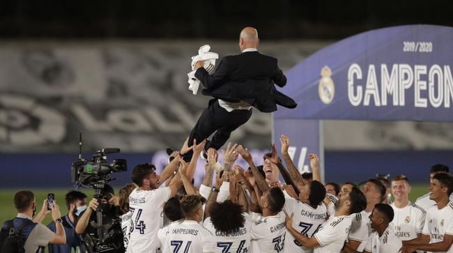 Real Madrid's players throw on the air their head coach Zinedine Zidane, as they celebrate after winning the Spanish La Liga 2019-2020 following a soccer match between Real Madrid and Villareal at the Alfredo di Stefano stadium in Madrid, Spain, Thursday, July 16, 2020. (AP Photo/Bernat Armangue)