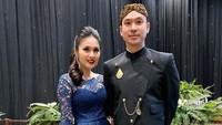 <p>Sandra Dewi terlihat anggun dengan balutan kebaya, sementara Harvey tampak gagah pakai beskap. Mereka memang pasangan serasi ya. (Foto: Instagram @sandradewi88)</p>