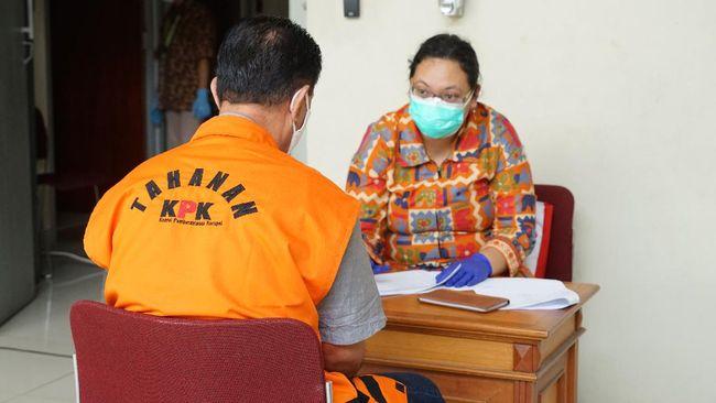 Komisi Pemberantasan Korupsi (KPK) memfasilitasi pemeriksaan tes swab kepada 50 tahanan yang berada di tiga rumah tahanan negara (Rutan) KPK.  Kegiatan tersebut bekerja sama dengan Balai Besar Teknik Kesehatan Lingkungan dan Pengendalian Penyakit (BBTKLPP) Kementerian Kesehatan.  Dokumen: Humas KPK.