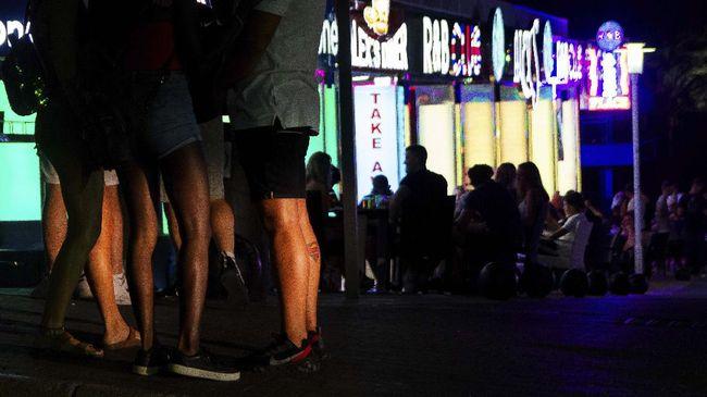 Tim khusus polisi diturunkan ke klub malam di salah satu kota di Spanyol lantaran kawasan itu diyakini sebagai salah satu titik penularan.
