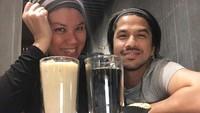 "<p>Nah, selain sosoknya yang <em>cool</em>, Ariyo Wahab juga romantis lho ke sang istri. ""<em>I like my coffee how I like myself. Strong, bold and too hot for you. Gimans, Bun?</em>"" ini salah satu rayuan maut Ariyo untuk Mila. (Foto: Instagram @ariyowahab)</p>"