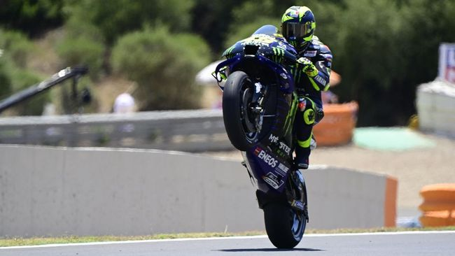 Monster Energy Yamaha's Italian rider Valentino Rossi pops a wheelie during the MotoGP qualifying session of the Spanish Grand Prix at the Jerez racetrack in Jerez de la Frontera on July 18, 2020. (Photo by JAVIER SORIANO / AFP)