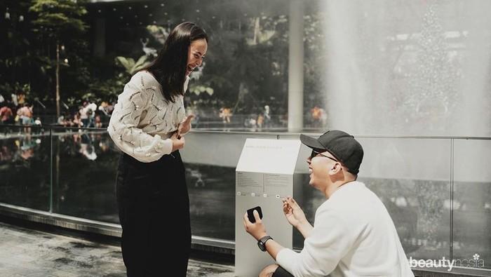 Kabar bahagia datang dari salah satu selebritis tanah air. Pamela Bowie atau yang akrab disapa Pammy baru saja dilamar kekasihnya, Robertto Eko pada Desember 2019. Roberto menyatakan cintanya di bandara Changi, Singapura.(Foto: https://www.instagram.com/pammybowie/)