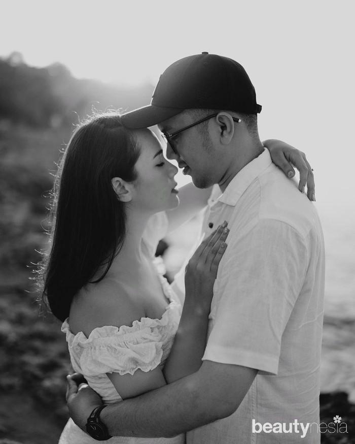 Meski baru menjalani hubungan yang terbilang singkat, yaitu sekitar 1.5 bulan Pammy mantap melangkah ke jenjang pernikahan dengan Robertto Eko. Menurut pengakuan Pammy, Robertto Eko adalah satu-satunya laki-laki yang berhasil mengambil hati sang ibu. (Foto: htthttps://www.instagram.com/pammybowie/)