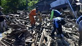 Tim SAR gabungan melakukan pencarian korban banjir bandang di Desa Radda, Kabupaten Luwu Utara, Sulawesi Selatan, Sabtu (18/7/2020). Hingga hari kelima, tim SAR telah menemukan 36 korban meninggal dunia dan 18 orang lainnya masih terus dilakukan pencarian. ANTARA FOTO/Abriawan Abhe/wsj.