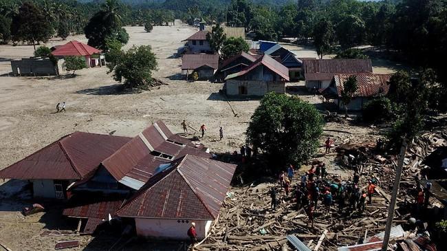 Foto udara proses pencarian korban banjir bandang di Desa Radda, Kabupaten Luwu Utara, Sulawesi Selatan, Sabtu (18/7/2020). Hingga hari kelima, tim SAR telah menemukan 36 korban meninggal dunia dan 18 orang lainnya masih terus dilakukan pencarian. ANTARA FOTO/Abriawan Abhe/wsj.