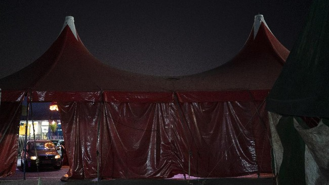 Drivers arrive at the Estoril Circus during the coronavirus pandemic in Itaguai greater Rio de Janeiro, Brazil, Saturday, July 18, 2020. Following the measures to curb the spread of the COVID-19, artists of this circus have decided to go back to work in a different way, as a circus drive-in. (AP Photo/Leo Correa)