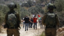Sosok Perempuan yang Tersenyum Saat Berhadapan Tentara Israel