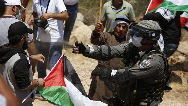 Tentara Israel menembak tujuh pekerja Palestina hingga mengalami luka-luka pada Senin (11/1) di kota Tulkarem, Tepi Barat.