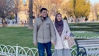 <p><strong>Oki Setiana Dewi dan Ory Vitrio</strong>  Tak butuh waktu lama untuk saling kenal, Oki Setiana Dewi yakin menikah dengan Ory Vitrio. Sekarang, keduanya sudah punya tiga anak dan Oki sedang hamil anak keempat lho, Bunda. (Foto: Instagram @okisetianadewi)</p>
