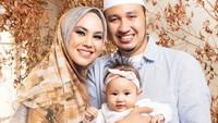 <p><strong>Kartika Putri dan Habib Usman</strong>  Kartika Putri juga tidak menjalani masa pacaran sebelum menikah. Ia menikah dengan Habib Usman setelah taaruf dalam waktu yang cukup singkat. (Foto: Instagram @kartikaputriworld)</p>