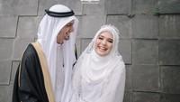 <p><strong>Vebby Palwinta dan Razi Bawazier</strong>  Vebby Palwinta menikah dengan pria berdarah Arab, Razi Bawazier. Keduanya menikah di tengah pandemi setelah melalui proses taaruf, Bunda. (Foto: Instagram @vebbypalwinta)</p>