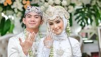 <p><strong>Rizki DA dan Nadya Mustika</strong>  Penyanyi dangdut Rizki DA resmi menikah dengan Nadya Mustika pada 17 Juni lalu. Rizki mengaku, ia sama sekali tidak mengobrol langsung dengan Nadya lho selama proses taaruf. (Foto: Instagram @da2_rizki123)</p>