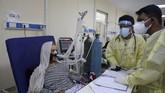 Keluarga pasien Covid-19 memenuhi bangsal-bangsal rumah sakit di Kabul, Afghanistan untuk turun tangan merawat anggota keluarga yang terinfeksi virus corona.