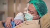 <p>Cut Meyriska melahirkan anak pertamanya pada Jumat 17 Juli 2020 pukul 08.20 WIB. (Foto: Instagram @rogerojey)</p>
