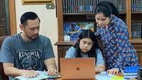 <p>Beberapa waktu lalu, Annisa juga sempat membagikan ruang belajar putrinya di rumah. Ada koleksi buku yang tertata rapi di rak serta foto ayah mertua, Susilo Bambang Yudhoyono di sebelahnya. (Foto: Instagram @annisayudhoyono)</p>