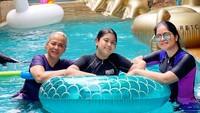 <p>Di rumahnya ini juga terdapat kolam renang lho. Bisa dilihat Annisa dan putri semata wayangnya, Almira Tunggadewi Yudhoyono tengah berenang bersama. (Foto: Instagram @annisayudhoyono)</p>