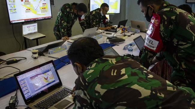 Pasukan TNI AL menggelar latihan tempur laut di perairan Teluk Jakarta dengan mengerahkan artileri berat, belasan helikopter dan pesawat berbagai jenis.