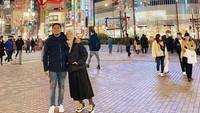 <p>Awal tahun lalu, Natasha dan Desta masih sempat liburan ke Jepang. Mesra saling berangkulan. (Foto: Instagram @natasharizkynew)</p>