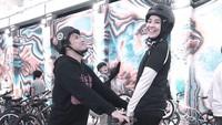 <p>Baik Natasha maupun Desta bisa melengkapi kekurangan masing-masing. Baru-baru ini, mereka bersepeda berdua. Desta pun terlihat awet muda, mengimbangi Natasha. (Foto: Instagram @natasharizkynew)</p>