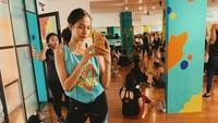 <p>Putri Marino rajin ikut olahraga zumba, Bunda. Ibu satu anak ini sering memamerkan kegiatan berolahraganya. (Foto: Instagram @putrimarino)</p>