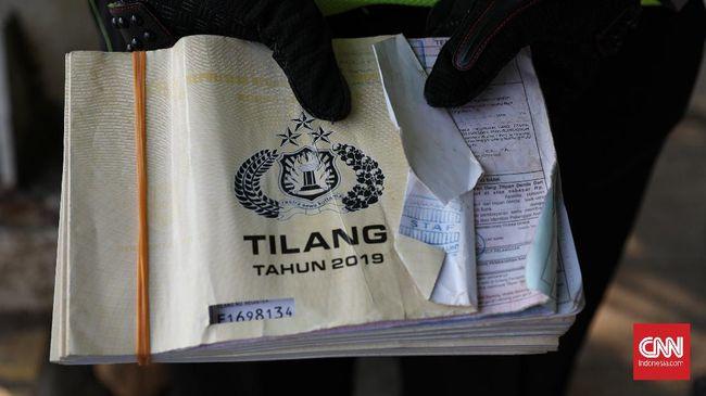Wakapolrestabes Semarang menyebut petugas yang diketahui bernama Bripka Amir langsung memberikan pertolongan melihat pengendara terjatuh akibat ia dorong.