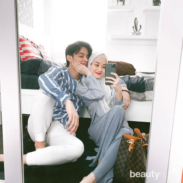 Suasana bahagia masih melingkupi pasangan selebriti Dinda Hauw dan Rey Mbayang. Setelah resmi menikah pada Jumat (10/7) lalu, kini keduanya sering kali membagikan berbagai potret romantisafter weddingnya di laman Instagram dengan wajah bahagia. (Foto: Instagram.com/dindahw/)