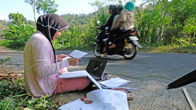 Bupati Lebak Iti Octavia mengkaji pembukaan sekolah dengan alasan banyaknya daerah yang tak terjangkau sinyal internet untuk belajar daring.