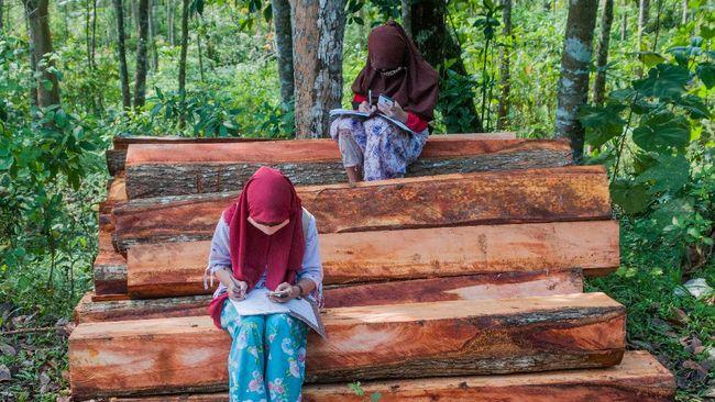 Pengamat dorong pemerataan internet menanggapi 12 ribu desa yang belum terjangkau internet cepat sehingga mengganggu belajar jarak jauh.