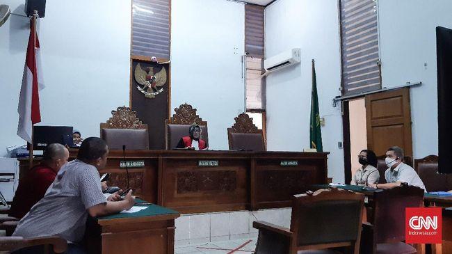 Hakim menolak praperadilan yang diajukan oleh pecatan TNI, Ruslan Buton, karena menilai penetapan tersangka kasus penghinaan pada penguasa sudah sah.