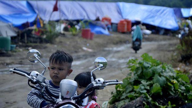 Sejak hari pertama setelah banjir di Luwu Utara, relawan dan bantuan terus berdatangan, sementara pengungsi banyak berkumpul tanpa menjaga jarak.