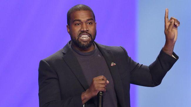 Rapper asal Amerika Serikat, Kanye West, dituding menghina Islam karena nama lini sepatu Yeezy terbaru yang ia rilis atas kerja sama dengan Adidas.