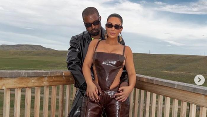 Kim Kardashian Kembali 'Bersanding' dengan Kanye West dan Kenakan Gaun Pengantin Balenciaga! Ada Apa?