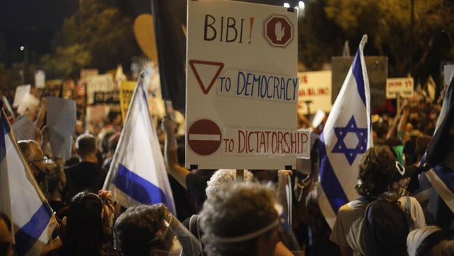 Ribuan warga Israel berdemo mendesak PM Benjamin Netanyahu mundur dari jabatannya karena skandal korupsi yang menjeratnya.