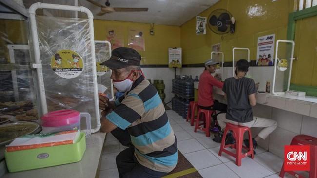 Sejak diterapkannya PSBB transisi di Jakarta, sejumlah unit usaha mulai menerapkan protokol kesehatan, termasuk di antaranya Warteg Ellya di kawasan Cilandak.wa